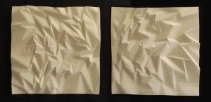 Papier-tres-froisse-en-deux