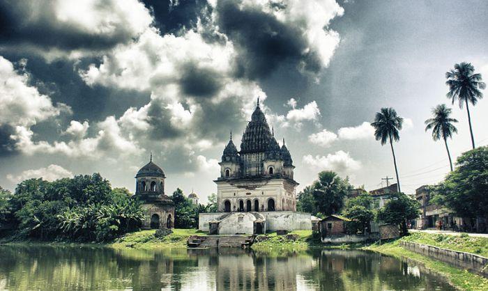 800px-Shiva_Temple,_Puthia,_Rajshahi_NK_(1)
